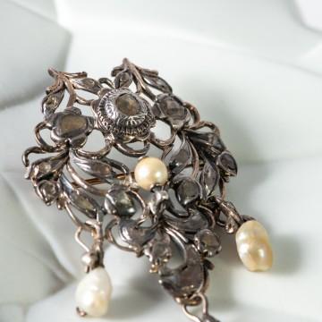 Spilla art nouveau rosette e perle